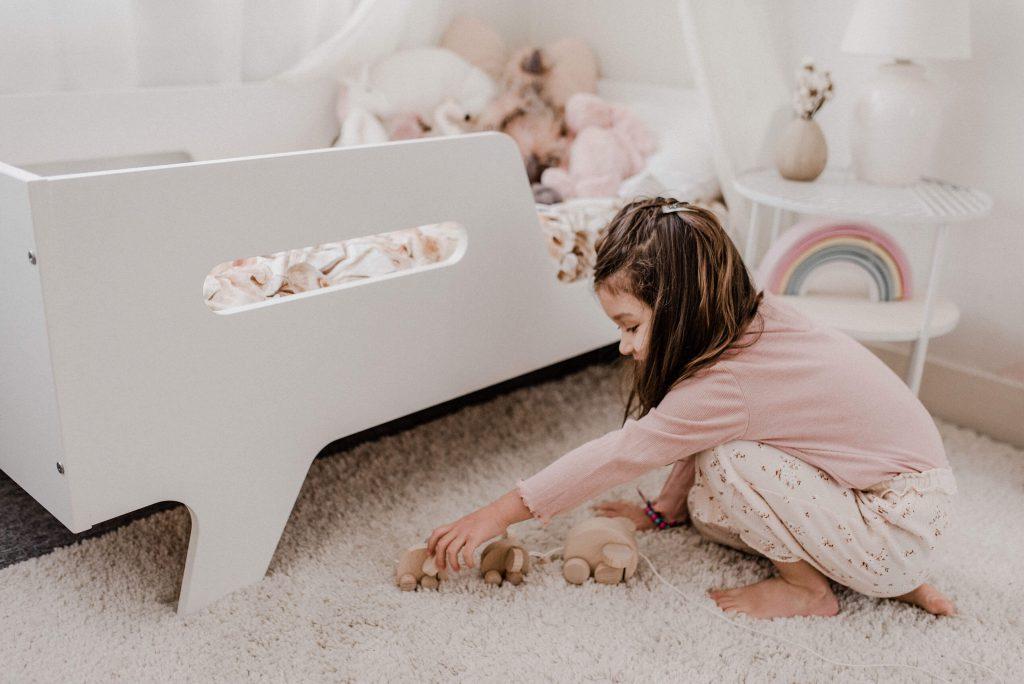 meisje spelend met trekdier blog nieuwsbrief foto actie