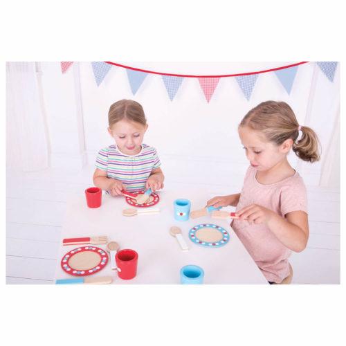 houten servies rood blauw spelende kindjes Sassefras Meisjes Speelgoed