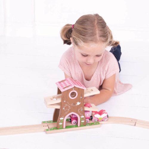uitbreiding treinbaan boomhuis spelend kindje 3 Sassefras Meisjes Speelgoed
