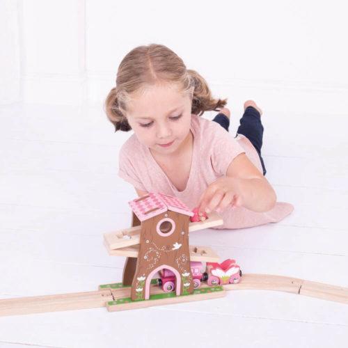 uitbreiding treinbaan boomhuis spelend kindje 5 Sassefras Meisjes Speelgoed