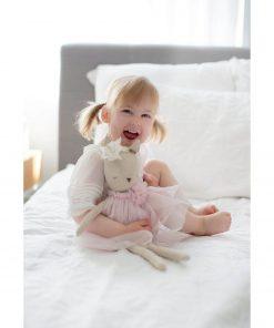 klein meisje met delores knuffel hert Sassefras