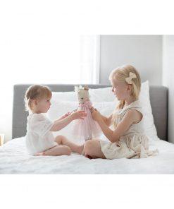 zusjes spelend met delores knuffel hert Sassefras