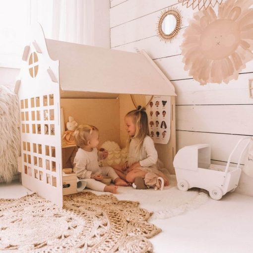 houten speelhuisje voor binnen met spelende kindjes Sassefras