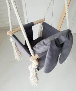 houten babyschommel met bunny oren grijs schuin van boven Sassefras Meisjes Speelgoed