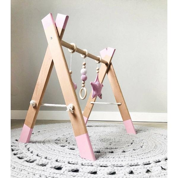 Houten babygym met roze speeltjes en details. Handgemaakt.