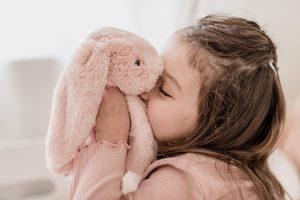 Sassefras meisje aan het knuffelen met pop