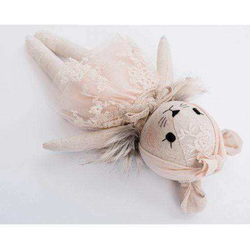 Wonderforest handgemaakte muizen knuffel met roze jurk liggend Sassefras