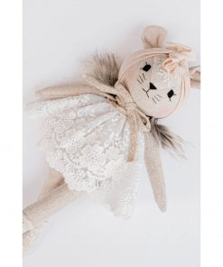 linnen knuffelpop muis met witte jurk liggend Sassefras