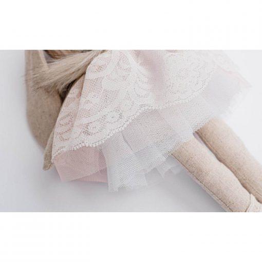 luxe stoffen knuffel konijn met poederroze kanten jurkje van dichtbij Sassefras