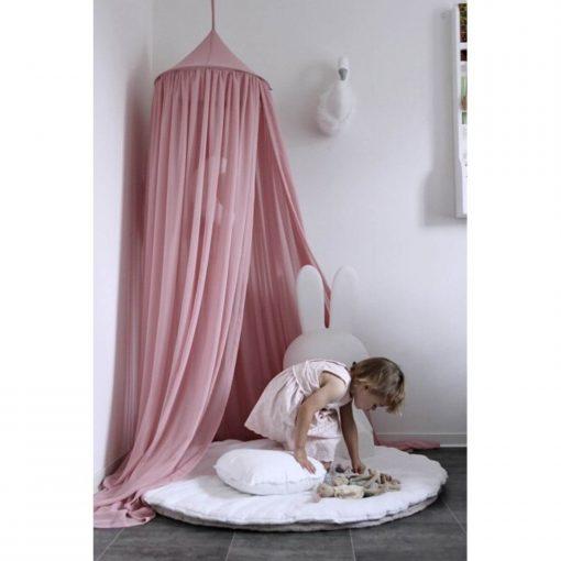 blush roze canopy boven een speelmat Sassefras