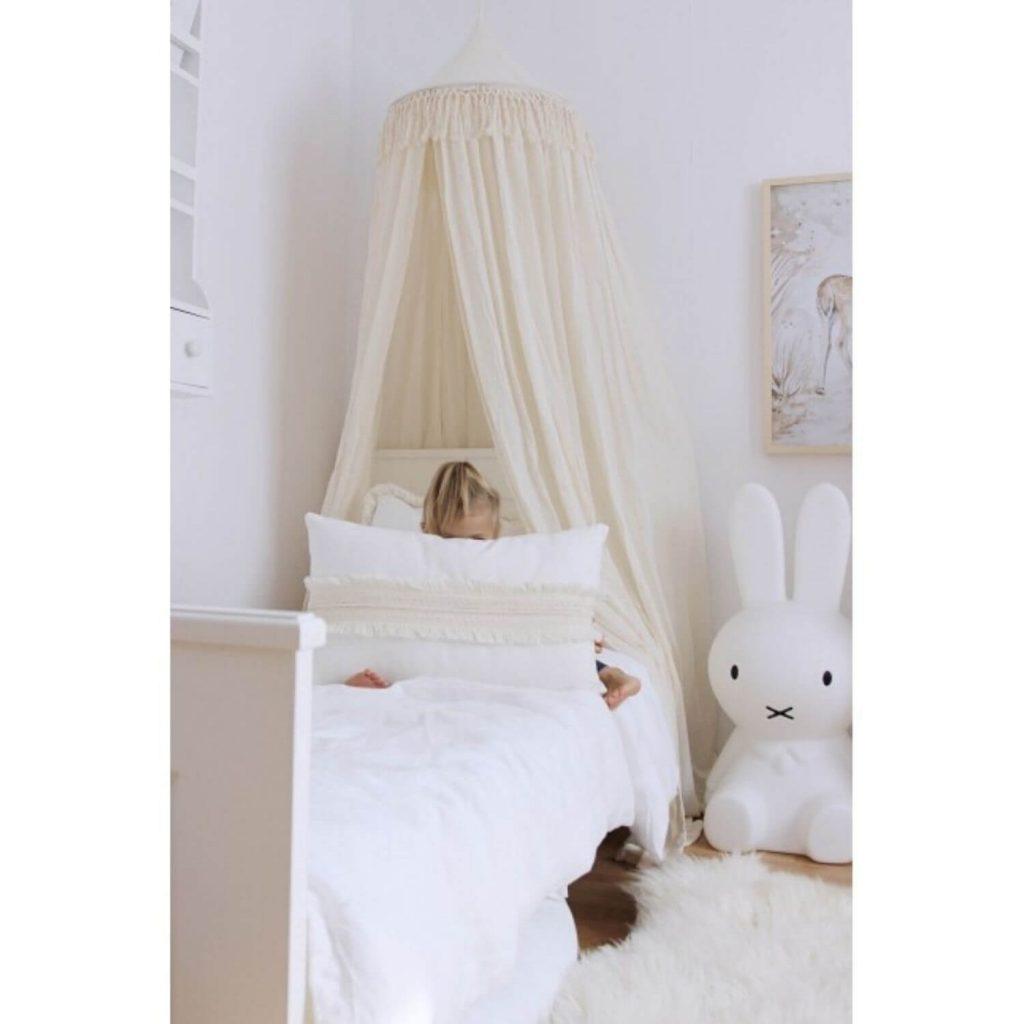boho hemeltje vanille meisje in bed Sassefras