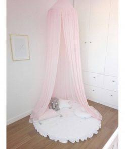 roze canopy cotton & sweets hangend boven een speelmat Sassefras