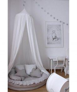 witte klamboe van Cotton & Sweets boven een junior babynest Sassefras