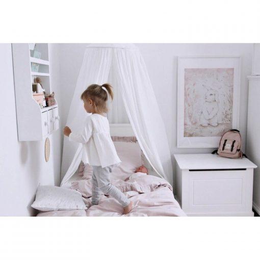 witte klamboe van Cotton & Sweets met een meisje Sassefras