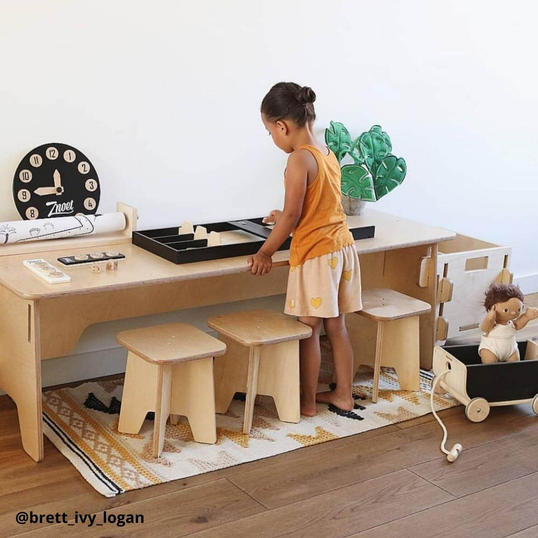 houten speeltafel met houten krukjes Sassefras