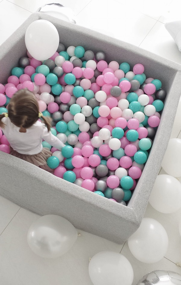 Grijze ballenbak met keuze uit 23 kleuren ballen