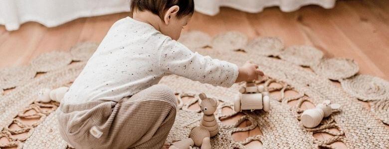jongetje speelt met trekfiguur header foto Sassefras