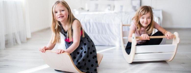 meisjes spelen met balansbord en spectra rocker header foto Sassefras