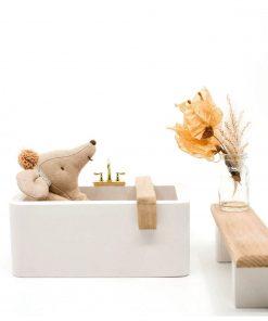 liggen in wit houten badkuip voor poppenhuis Sassefras