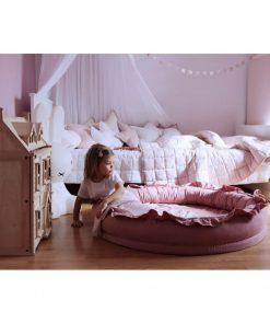 Cotton & Sweets junior nest blush met kindje Sassefras