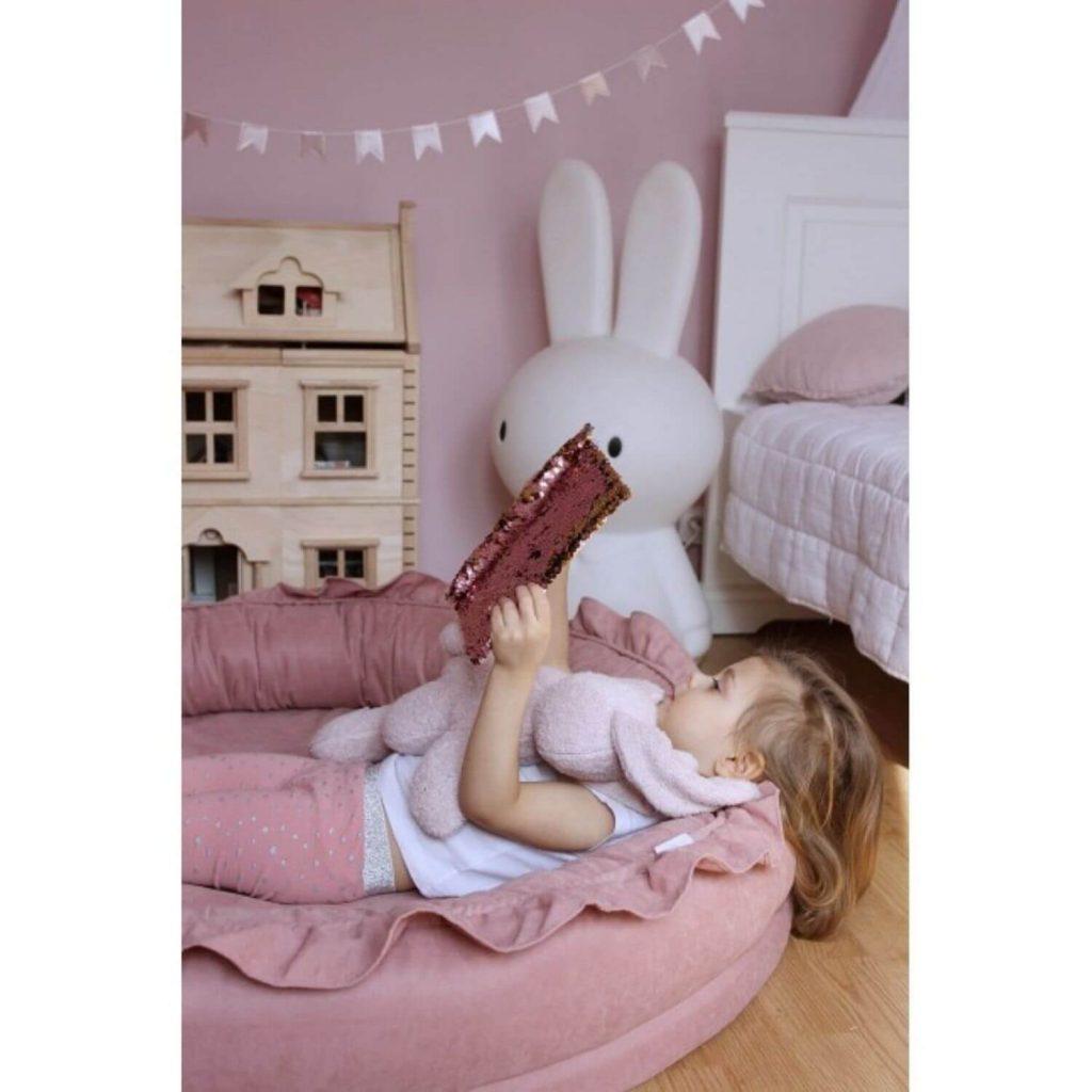 Cotton & Sweets junior nest blush met lezend kindje Sassefras