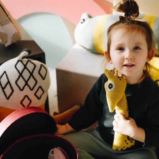 biologische baby knuffel giraffe met meisje Sassefras