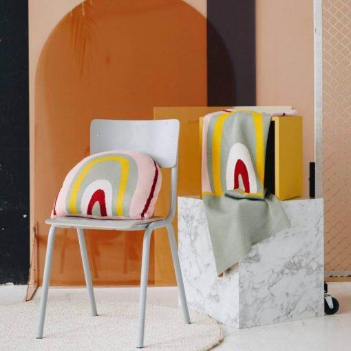 regenboog kussen op stoel Sassefras