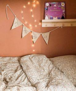 Stoffen vlaggetjes slinger met naam op de slaapkamer Sassefras